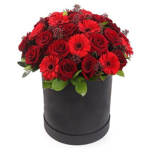 Цветы в коробке из гербер и роз