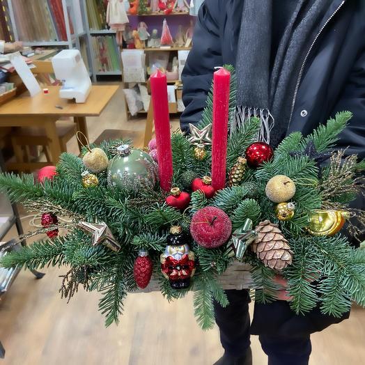 Новогодняя композиция со свечами и стеклянными игрушками