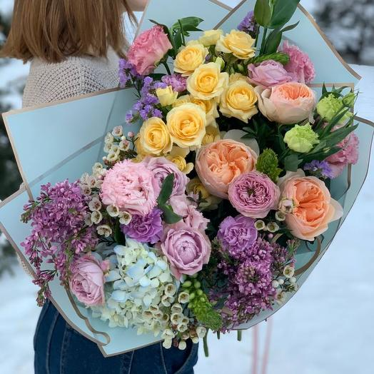 Весенний букет с пионовидными розами и итальянской сиренью