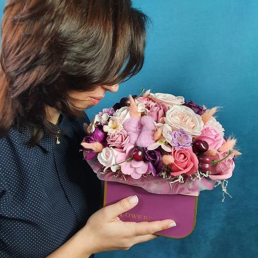Композиция из мыльных цветов, хлопка и декоративной вишни