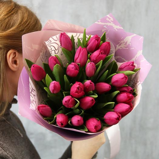 Букет малиновых тюльпанов