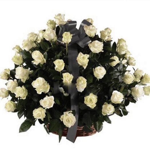 50 роз в корзине
