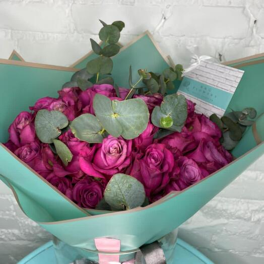 49 роз с эвкалиптом