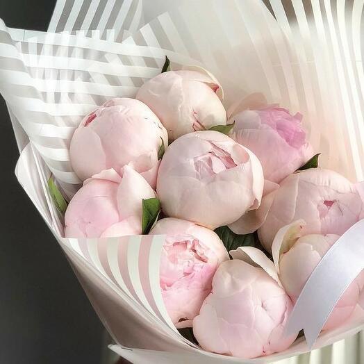 Букет из 9 бледно-розовых пионов