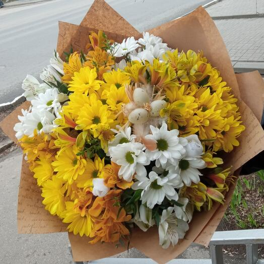 Букет Пасхальный из хризантем и  альстромерий в крафте