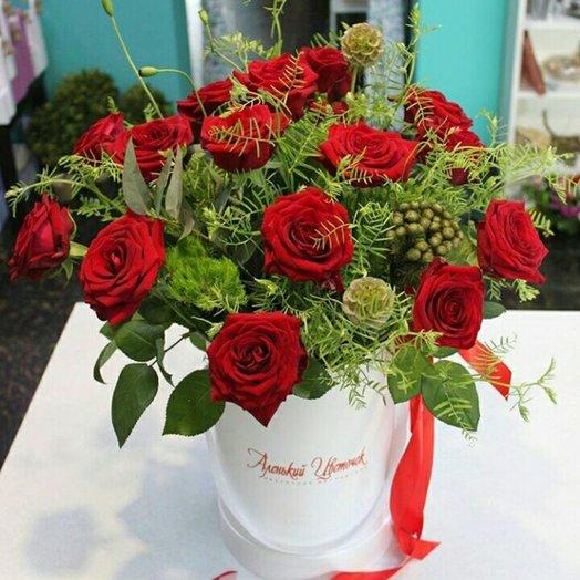 Букет из красных роз в шляпной коробке