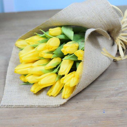25 желтых тюльпанов в мешковине