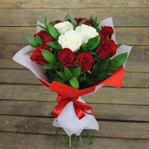 Букет из красных и белых роз Первая встреча: букеты цветов на заказ Flowwow
