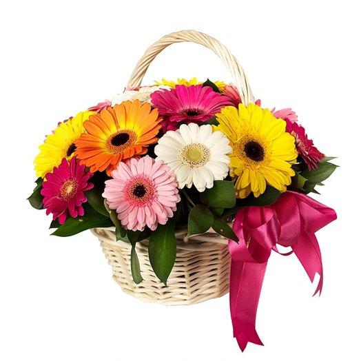Корзина 15 оттенков радости из разноцветных гербер и зелени Код 170058: букеты цветов на заказ Flowwow