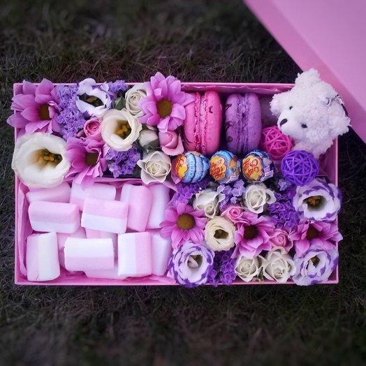 Коробочка с цветами, игрушкой и сладостями