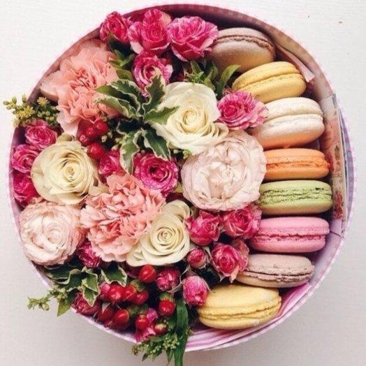 Коралл коробка с цветами и макарони: букеты цветов на заказ Flowwow