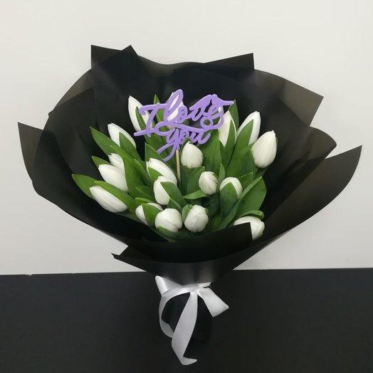 Белые тюльпаны в черном крафте