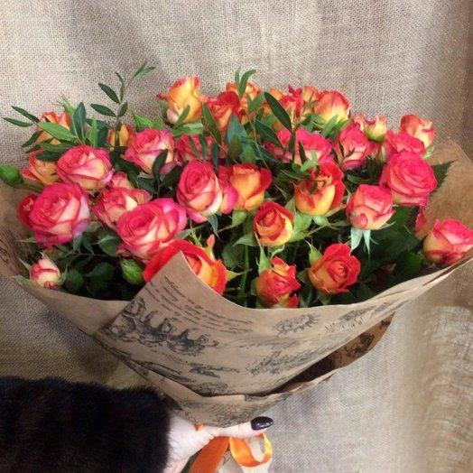 Букет из 9 кустовых роз в крафте