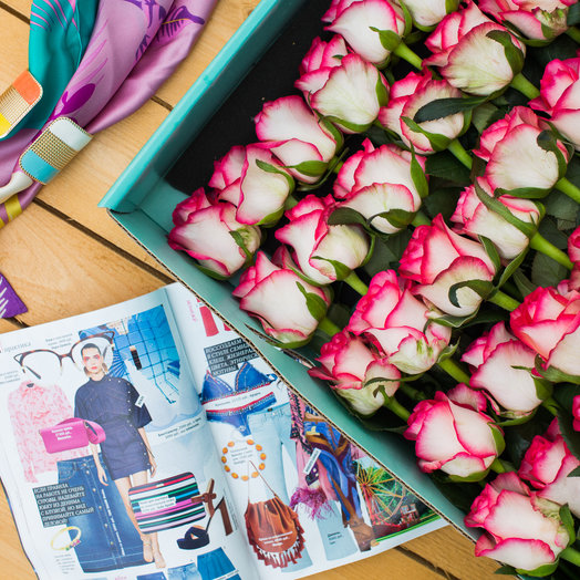Розы в подарочной коробке : букеты цветов на заказ Flowwow