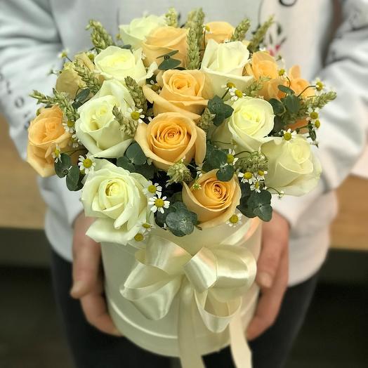 Коробки с цветами. Белые розы, кремовые розы , ромашка  шт. N314