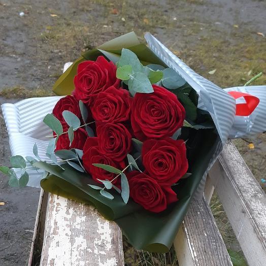9 бордовых роз с эвкалиптом для любимой