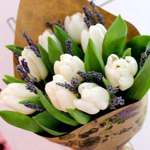 Белые тюльпаны и лаванда
