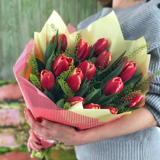 Весна-красна (15 тюльпанов с декоративной зеленью)