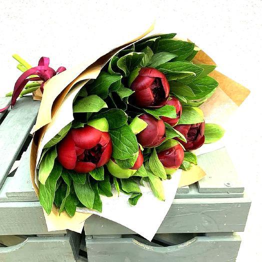 Букет и 7 красных пионов: букеты цветов на заказ Flowwow