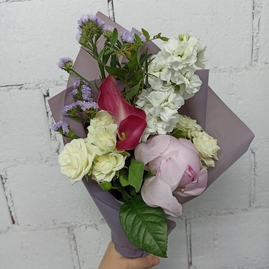 Букет-комплимент оригинальный с пионом, маттиолой и статицей: букеты цветов на заказ Flowwow