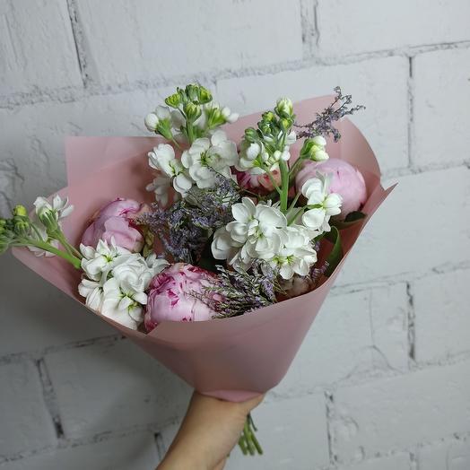Оригинальный букет с пионами и ароматной маттиолой: букеты цветов на заказ Flowwow