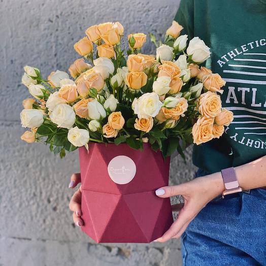 Кустовые розы в коробке «Геометрия»