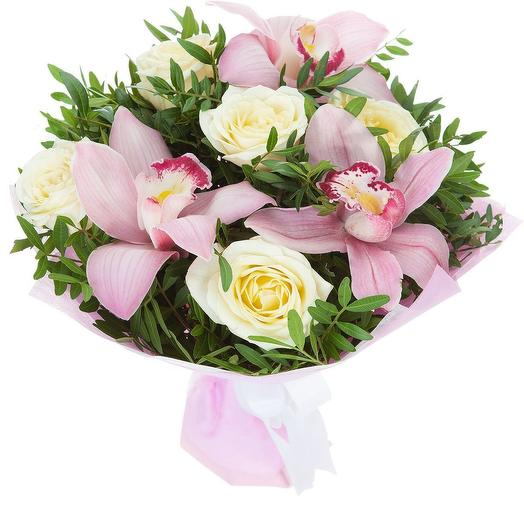 Маленький букет орхидеи и розы