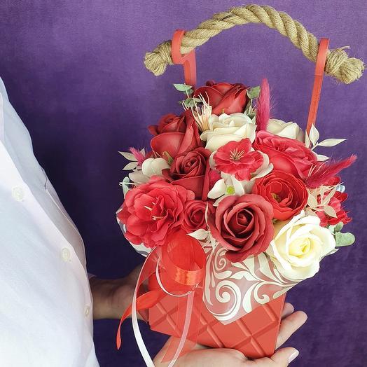 Красный ящик из мыльных цветов и сухоцветов