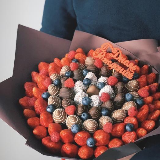 Шикарный букет из свежих ягод клубники малины и голубики
