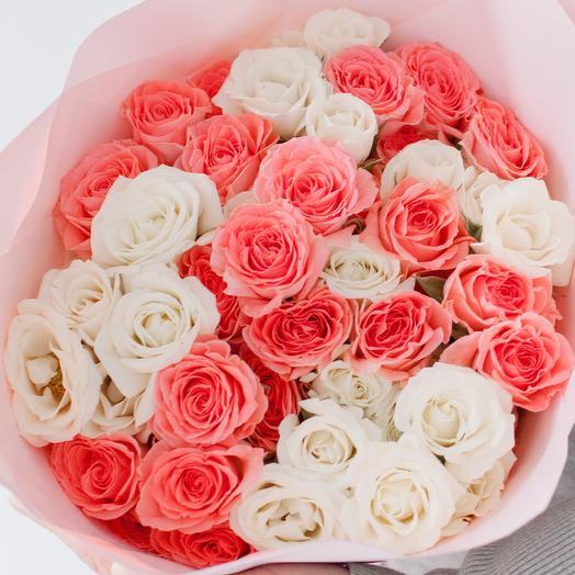 Букет из 11 белых и розовых кустовых роз микс (Эквадор) 40 см