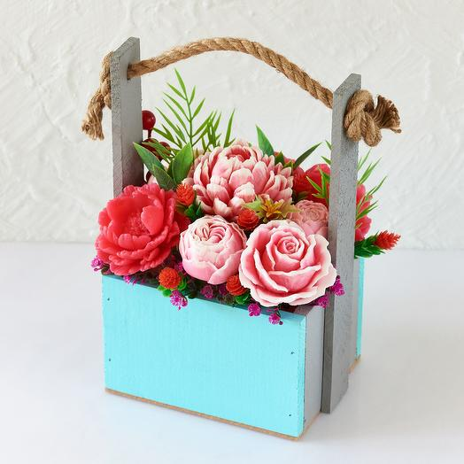 Букет цветов из мыла в деревянном голубом кашпо с ручкой 9 бутонов