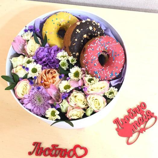 Цветы с пончиками в коробке