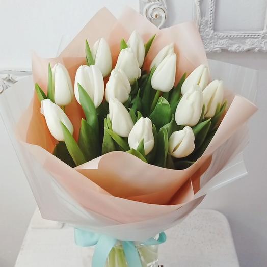 15 белых крупных тюльпанов