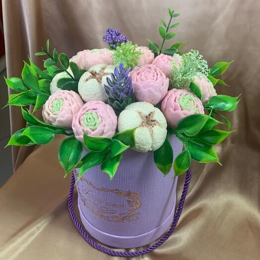 Цветочная коробка с шоколадными пионами