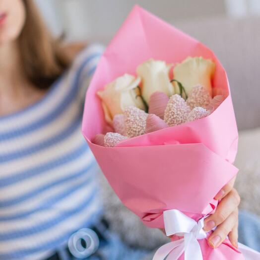 Малиновый кокос мини с 3 розами (клубничный букет)