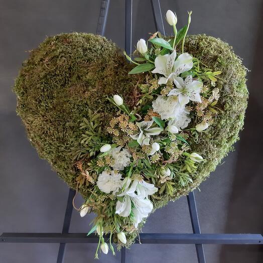 Венок-сердце из мха и искусственных цветов