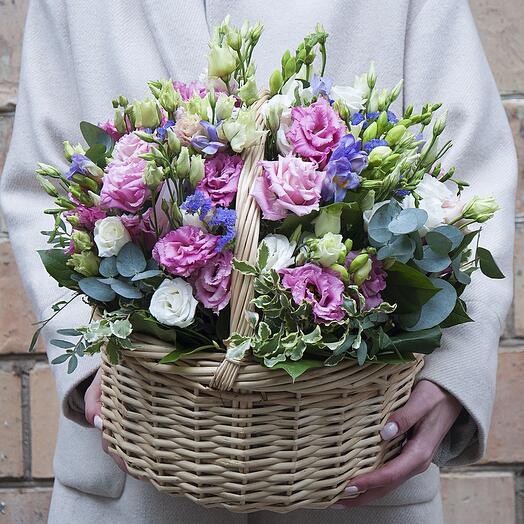"""Букет цветов в корзине """"Спеши любить"""" из лизиантуса и фрезии"""
