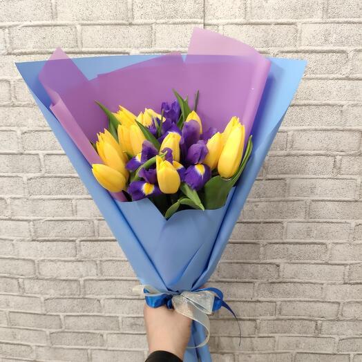 Яркие тюльпаны с ирисами