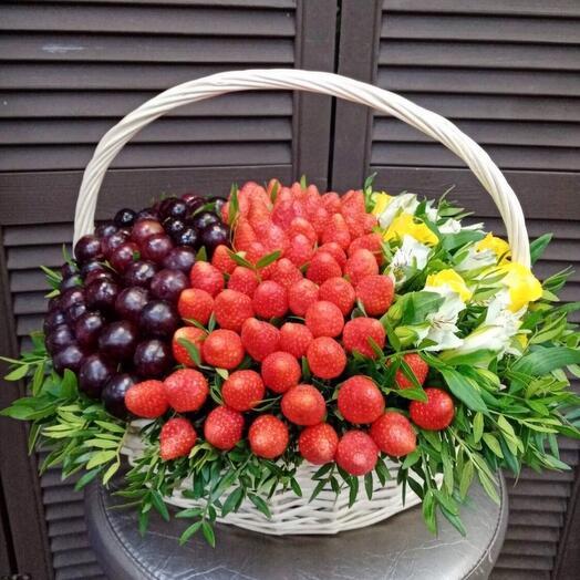 Ягодная корзина с цветами