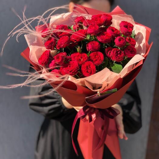 Букет кустовых красных роз