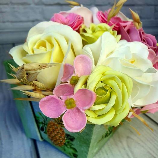 Мини коробочка из мыльных цветов бело-розовая