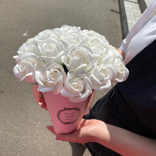 Белые розы из мыла в коробке
