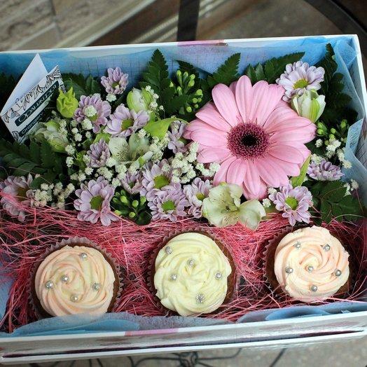 Капкейки и цветы в подарочной коробке: букеты цветов на заказ Flowwow