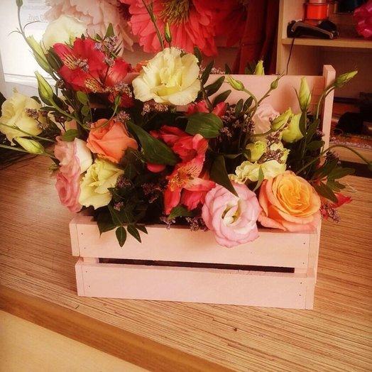 Декоративный ящик из лизиантусов и роз
