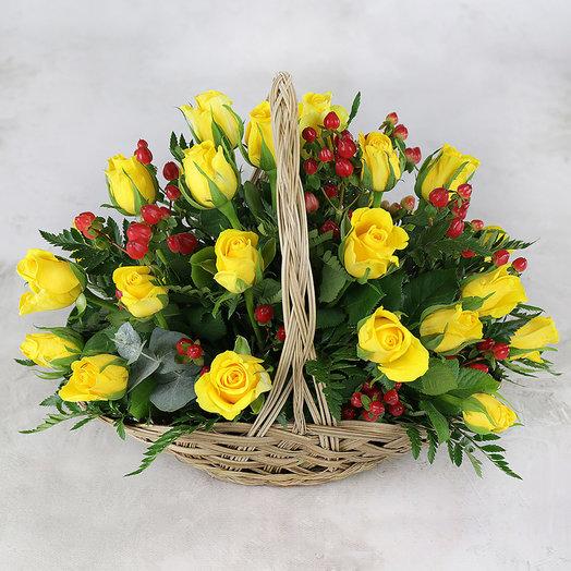 Композиция из 25 желтых роз и гиперикума в корзине