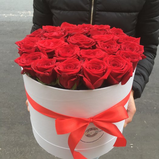 29 красных роз в коробке: букеты цветов на заказ Flowwow