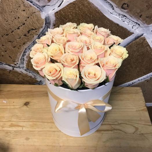 Шляпная коробочка с кремовыми розами