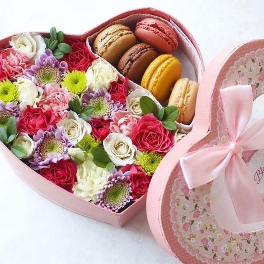 Сердечко с цветами и макарунс: букеты цветов на заказ Flowwow