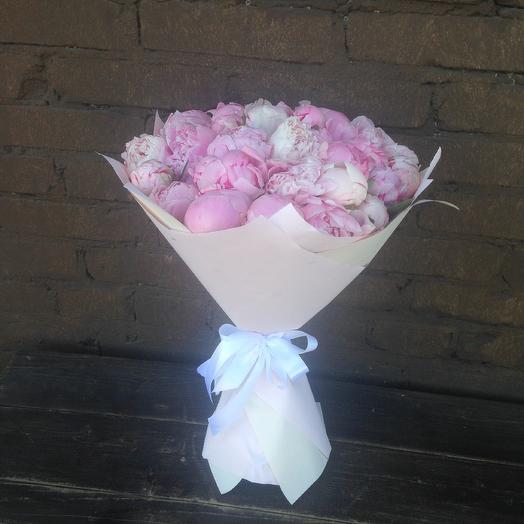 Букет из 25 пионов Сара бернар в крафте: букеты цветов на заказ Flowwow
