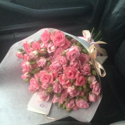 Букет из 19 кустовых розовых роз в крафте: букеты цветов на заказ Flowwow